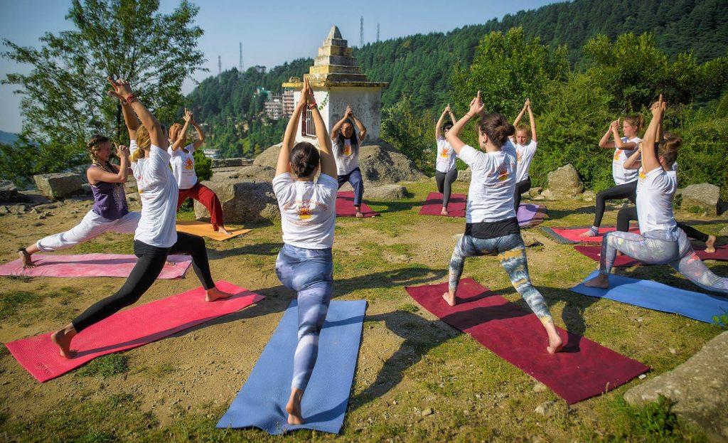 drop-in shree hari yoga school dharamshala outdoor vinyasa class yttc